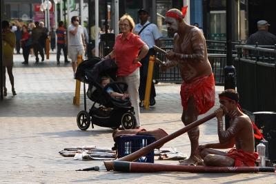 시드니 미항을 찾은 관광객에게 호주 원주민 특유의 악기인 디지리두(Didgeridoo)라는 악기를 불며 관광객의 시선을 끌고 있다.