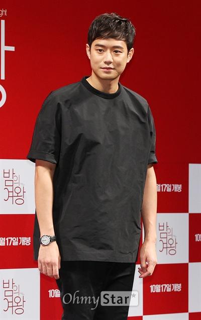 16일 오전 서울 압구정CGV에서 열린 영화 <밤의 여왕> 제작보고회에서 소심남편 영수 역의 배우 천정명이 포토타임을 갖고 있다.