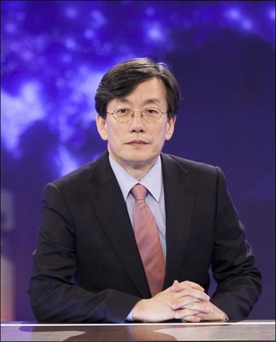 손석희 JTBC 보도부문 사장이 16일부터 < JTBC 뉴스 9 >의 진행자로 나섰다. 이날 <뉴스 9>의 시청률은 2.1%(닐슨코리아 전국 유료가구 기준)를 기록했으며, 분당 최고 시청률은 3%였다.