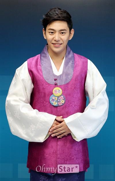 MBC 수목드라마 <투윅스>에서 신출내기 형사 진일도 역의 배우 안용준이 한가위를 맞아 추석인사를 하며 미소짓고 있다.