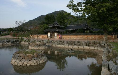 도래마을 양벽정. 연못과 어우러져 한층 멋스럽다.