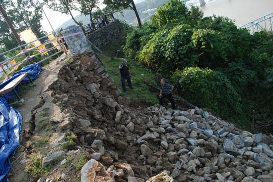 높이 2.5m, 길이 9m 정도의 10톤 정도의 성곽 사석이 유실됐다.