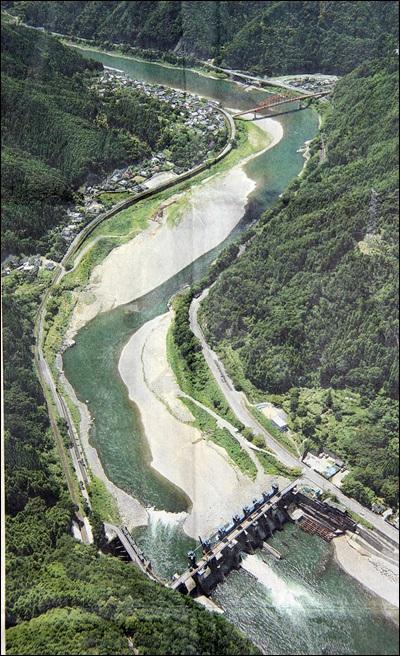댐 수문 일부가 철거된 이후 아라세댐 상류모습, 지난 8월 21일 (지난 1일자 熊本日日新聞에 실린 댐 철거공사 1년 보도사진)