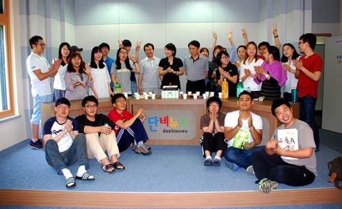 <단비뉴스> 창간 2주년 날, 저널리즘스쿨 학생과 전임교수가  단비스튜디오에 모여 축하하고 있다.