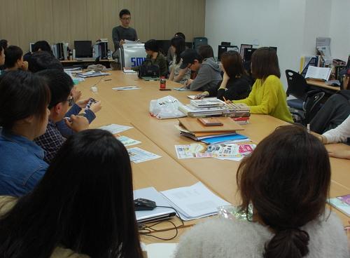 매주 화요일마다 열리는 <단비뉴스>의 전체 회의.모든 학생이 모여 기사 아이템을 발제하고, 지도교수의 피드백을 받아 취재 계획을 다듬는다.