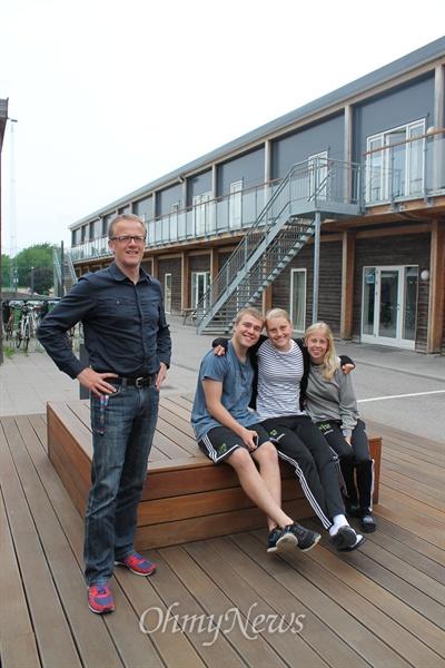 덴마크의 수도 코펜하겐에 있는 이드랫츠 애프터스쿨(Idræts Efterskole). 이 학교의 교장 얀 바슬리브(Jan Barslev)씨는 학생들과 삼촌처럼 어울린다.