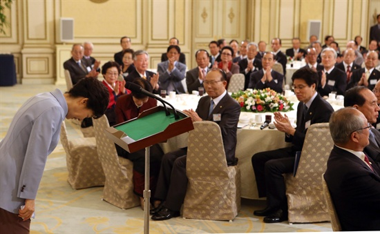 박근혜 대통령이 27일 청와대 영빈관에서 열린 노인의 날 기념 전국 어르신 초청 오찬행사에서 인사말을 마친뒤 고개숙여 인사하고 있다.