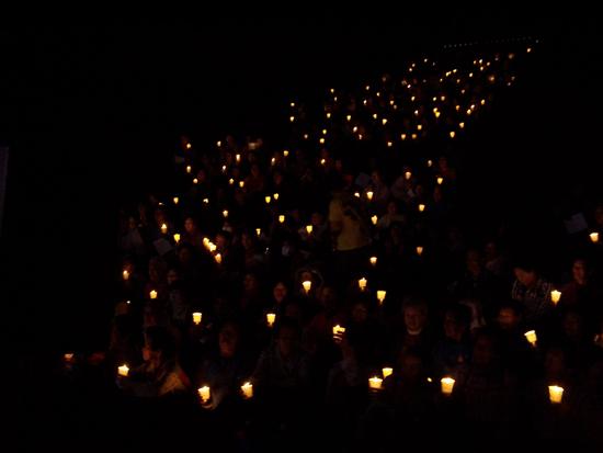 밤이 깊어갈수록 촛불만 밝고...