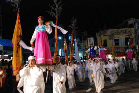 신풍면 주민들이 무형문화재 37호인 지게놀이를 선보이고 있다.