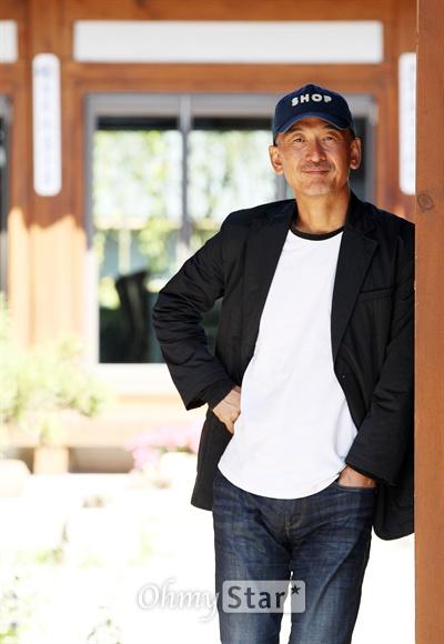 영화 <소원>의 이준익 감독이 27일 오전 서울 삼청동의 한 카페에서 오마이스타와 인터뷰에 앞서 포즈를 취하고 있다.