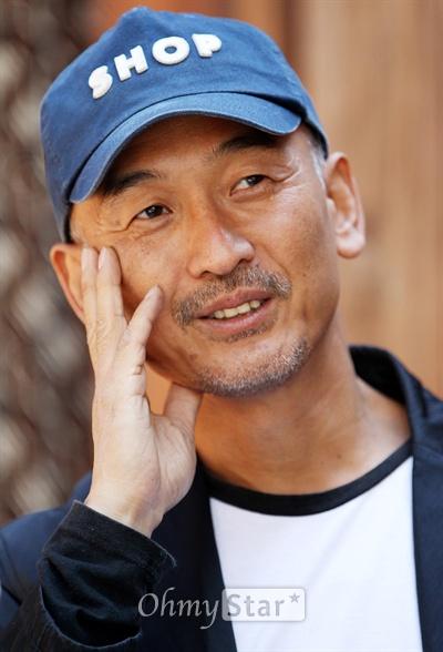 영화 <소원>의 이준익 감독이 27일 오전 서울 삼청동의 한 카페에서 오마이스타와 인터뷰를 하고 있다.