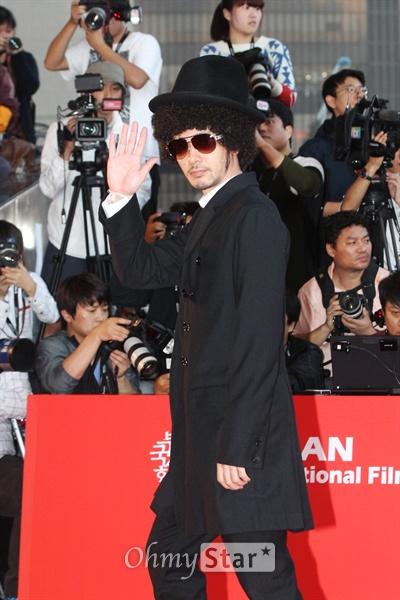 제18회 부산국제영화제 개막날인 3일 오후 부산 해운대구 우동 영화의전당에서 레드카펫 위로 배우 오다기리 죠가 입장하고 있다.