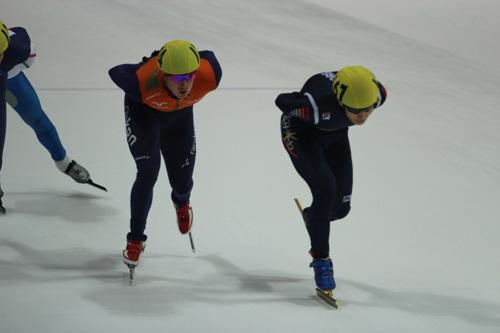 이한빈이 4일 쇼트트랙 월드컵 2차 대회 남자 1000m 예선전을 치르는 모습이다.