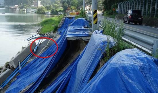 'MB표 자전거도로'(빨간 동그라미)는 아예 강물 속으로 사라졌습니다. 이게 끝이 아닙니다. 강변 도로마저 붕괴 위험을 안고 있습니다. 땅 속 지반 유실로 도로 곁 전신주도 위태로워 보입니다. 'MB표 자전거도로'가 초래한 재앙이 심각합니다.