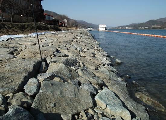 북한강 자전거도로는 서울과 수도권 시민의 생명수 오염을 부르는 재앙입니다. 사진에 보이는 것처럼 자전거도로를 만들기 위해 강변 습지들을 다 밀고 돌축대를 쌓았습니다. 강변 습지가 사라져 숨 쉴 수 없는 강이 썩는 건 당연한 일입니다.