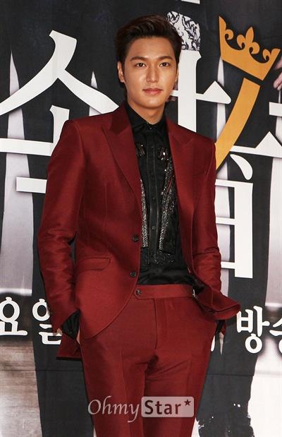7일 오후 서울 논현동의 한 웨딩샵에서 열린 SBS수목드라마 <상속자들>제작발표회에서 김탄 역의 배우 이민호가 포토타임을 갖고 있다.