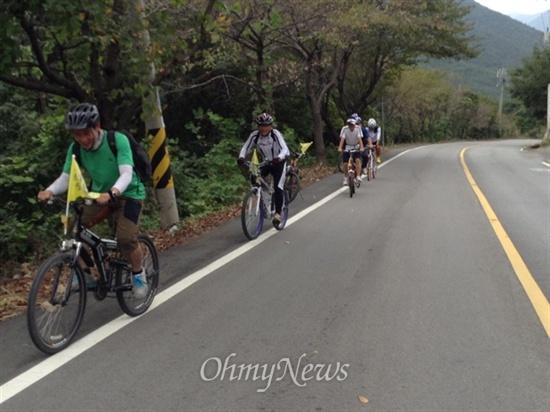 7일 '오마이리버' 팀이 맞은 최고의 위기. 경남 김해 무척산을 오르는 길입니다. 무척 큰 산은 아니어도, 자전거로 오르기에는 무척 힘든 산입니다.