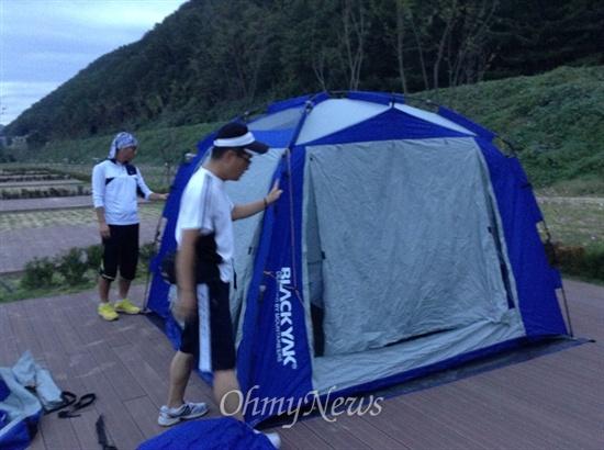 7일 목적지이자 숙영지인 낙동강 딴섬 생태누리 캠핑장에 도착했습니다. 텐트를 설치했는데요. 비가 예보돼 있어 무척 걱정입니다.