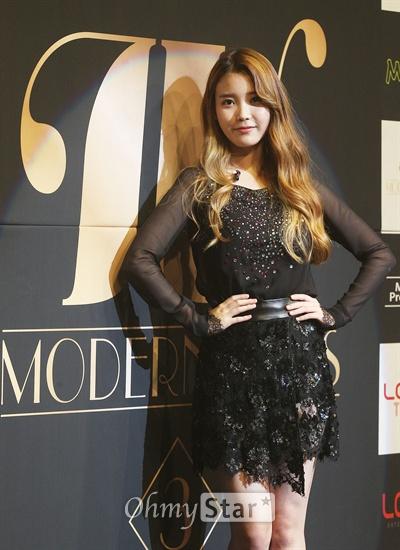 가수 아이유가 7일 오후 서울 방이동 올림픽공원 K아트홀에서 가진 컴백쇼케이스에서 포토타임을 갖고 있다.