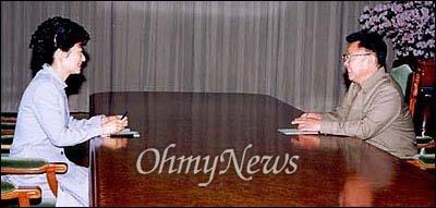 박근혜-김정일 면담 지난 2002년 5월 13일 오후 방북중이던 박근혜 당시 한국미래연합 대표가 평양 백화원초대소를 찾아온 김정일 국방위원장과 면담하고 있다.
