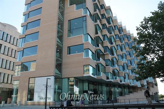 """""""좋은 전망에서 좋은 생각이 나온다"""" 우어스태드(Ørestad) 혁신 공립학교의 건물. 큰 유리창이 많다."""