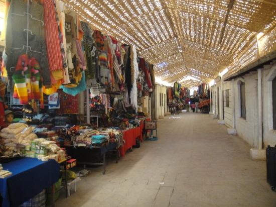 아타카마 시장 아타카마의 시장에서 기념품을 파는 상점들.(2011년 6월 사진)