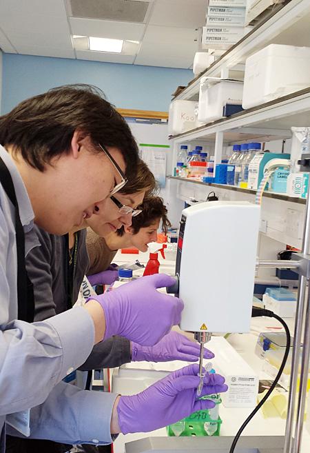 실험실에서 연구원들과 함께 작업 중인 구본경 박사