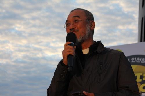 18일 아침에 열린 강정 평화염원 새벽맞이 행사에서 문규현 신부가 강정의 평화를 기원하는 이야기를 하고 있다.