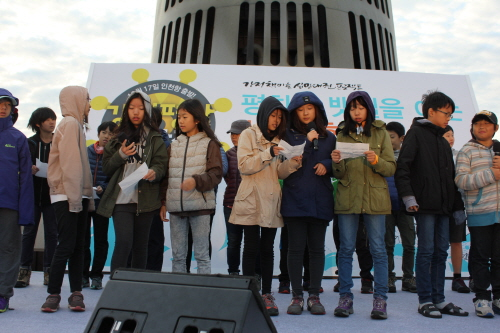 18일 아침에 열린 강정 평화염원 새벽맞이 행사에서 서울 성미산 학교 학생들이 나와 반전과 평화의 의미를 담은 노래 '아이떼이떼까이'를 부르고 있다.