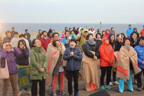 18일 아침 강정 평화염원 새벽맞이 행사에서 참가자들이 '강정 평화'를 염원하며 함성을 지르고 있다.