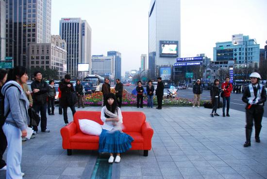광화문을 무대로 삼았던 2010년의 공연, <도시이동연구 혹은 연극 '당신의 소파를 옮겨드립니다'>