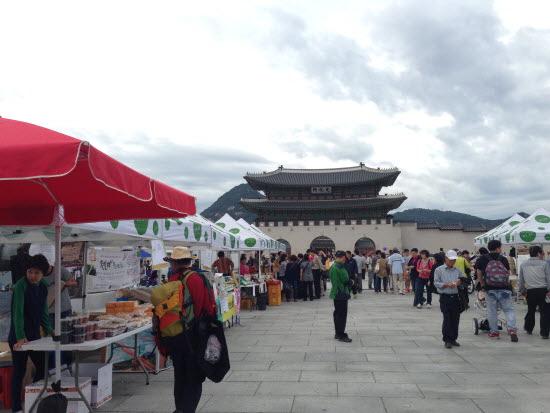 광화문 희망나눔장터에는 재활용판매부스뿐만 아니라 다양한 문화행사가 함께 펼쳐진다.