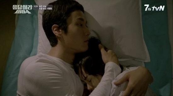 지난 19일 방영한 tvN <응답하라 1994> 2회의 한 장면. 쓰레기(정우 분)와 성나정(고아라 분).