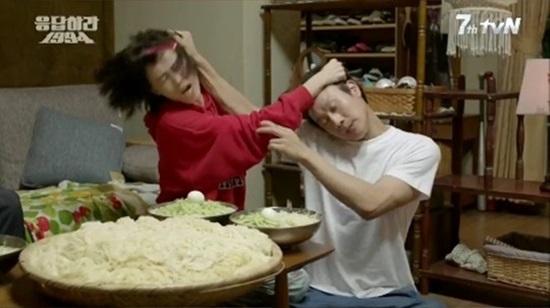 지난 18일 방영한 tvN <응답하라 1994> 첫 회에서 만나기만 하면 으르렁거리며 싸우는 성나정과 쓰레기.