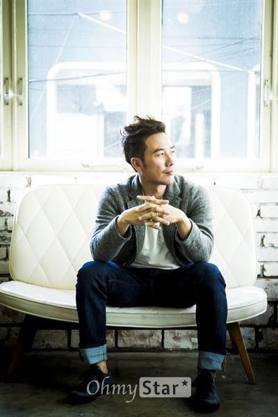 영화 <톱스타>에서 스타를 꿈꾸는 매니저 '태식' 역을 맡은 엄태웅이 21일 서울 종로구 삼청동의 한 카페에서 <오마이뉴스>와 인터뷰에 앞서 포즈를 취하고 있다.