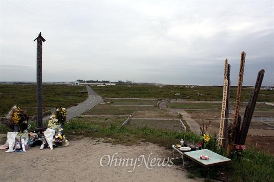 쓰나미 희생자들을 기리고 있다.
