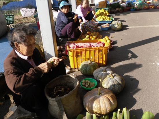 할머니들이 장터 앞에 옹기종기 모여있다.