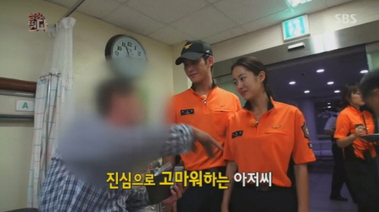 SBS 예능 프로그램 <심장이 뛴다>의 한 장면. <심장이 뛴다>에 출연중인 전혜빈과 박기웅이 주취자를 병원으로 이송했다.