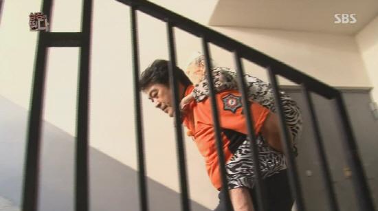 22일 방송된 SBS 예능 프로그램 <심장이 뛴다>의 한 장면 <심장이 뛴다>의 이원종이 넘어져 머리를 다친 할머니를 업어 댁에 모셔다 드리고 있다