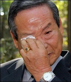 희생자 유가족인 정중현(74)씨가 드러난 유해를 보며 눈물을 흘리고 있다. 정 씨의 아버지(정몽길)는 여순항쟁당시 반란군에게 밥을 먹었다는 이유로 끌려가 3년 형을 받고 공주형무소에 수감됐다. 출소를 3개월 앞둔 1950년 7월 초, 이곳에서 총살됐다.