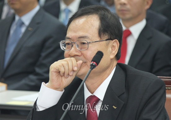 24일 오후 부산 문현동 기술보증기금에서 한국거래소와 기술보증기금에 대한 국회 정무위원회의 국정감사가 열렸다. 국정감사에서 최경수 한국거래소 이사장이 입을 가리고 있다.