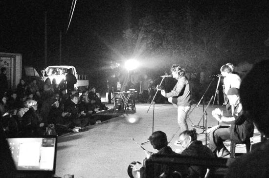 송전탑 반대 촛불 문화제 마지막 무대를 장식한 밴드 '스카웨이커스'의 스카 공연 장면.