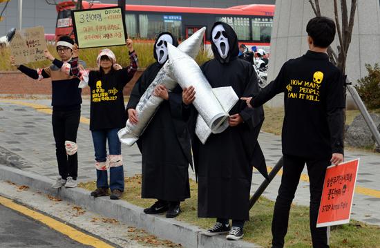 지난 10월 29일 ADEX(무기전시회) 행사가 열리는 킨텍스에서 직접행동을 펼친 평화군축박람회 준비위원회 활동가들 모습이다.