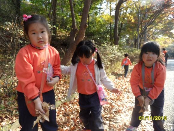 ... 하산 길에... 수북 수북 쌓인 낙엽 길에서...마른 나뭇잎들을 날려 보았어요...