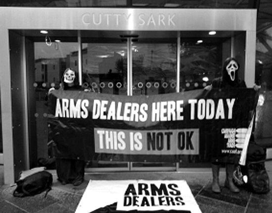 2013DSEi 환영만찬이 열린 Cutty Sark 호텔 정문. 활동가들이 출입구 4곳을 봉쇄해서 무기거래상들은 비상구로 들어가야만 했다.