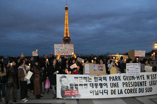 한국인 유학생과 동포들이 박근혜 대통령의 프랑스 방문에 맞춰 2일(현지시각) 파리에서 부정선거 규탄 시위를 하고 있다
