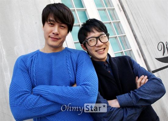 영화<코알라>의 배우 송유하와 박영서(왼쪽부터)가 4일 오후 서울 논현동의 한 카페에서 오마이스타와의 인터뷰에 앞서 포즈를 취하고 있다.