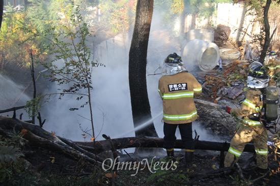 8일 오전 8시경 창원 팔용동 안암서원 뒤 임야에서 산불이 발생해 소방대원들이 진화작업을 벌이고 있다.