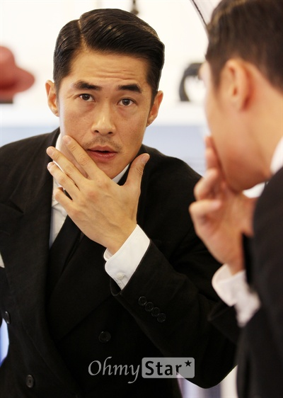 영화배우 겸 모델인 배정남이 17일 오후 서울 신사동 편집매장 커드에서 오마이스타와 인터뷰에 앞서 포즈를 취하고 있다.
