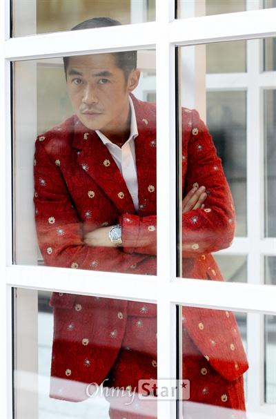 영화배우 겸 모델 배정남이 17일 오후 서울 신사동 편집매장 커드에서 오마이스타와의 인터뷰에 앞서 포즈를 취하고 있다.
